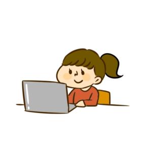 パソコンを見ている女の子